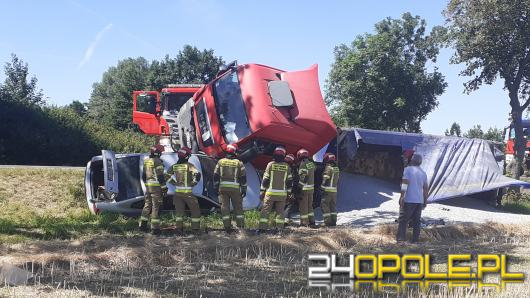 Zderzenie osobówki z ciężarówką. Zablokowana DK94 w powiecie brzeskim.
