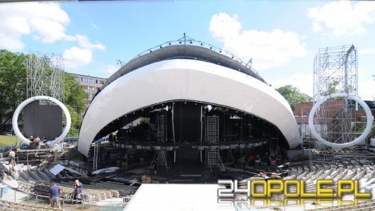 W opolskim amfiteatrze wznosi się scena tegorocznego Krajowego Festiwalu Polskiej Piosenki