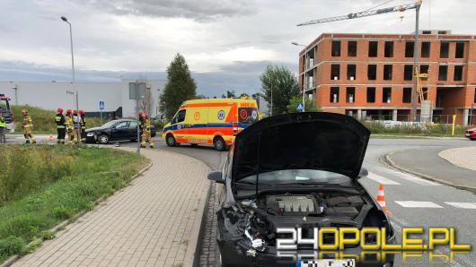 Niebezpieczne zderzenie na Technologicznej w Opolu. Jedna osoba przewieziona do szpitala