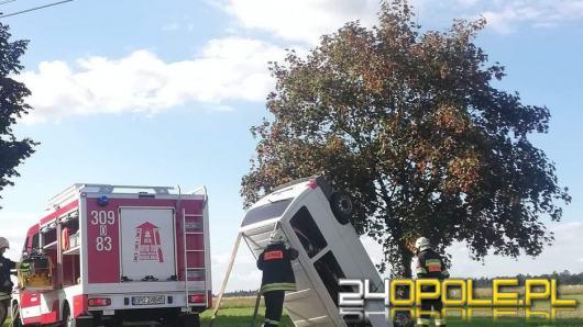 Niebezpieczne zdarzenie w Bierdzanach. Bus wypadł z drogi