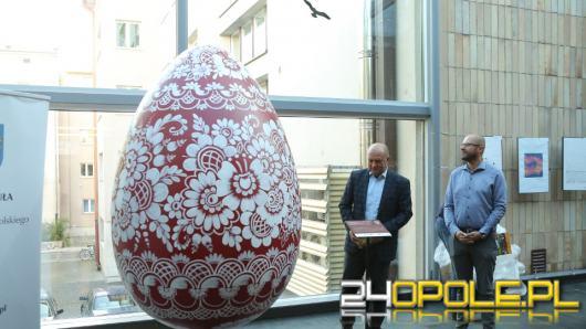 Dwumetrowa makieta kroszonki stanęła w holu Urzędu Marszałkowskiego