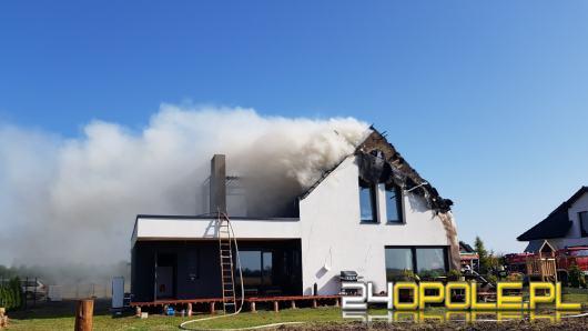Strażacy walczą z pożarem budynku przy ulicy Wakacyjnej w Opolu
