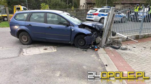 Kierujący Fordem wjechał w betonowy słup przy posesji