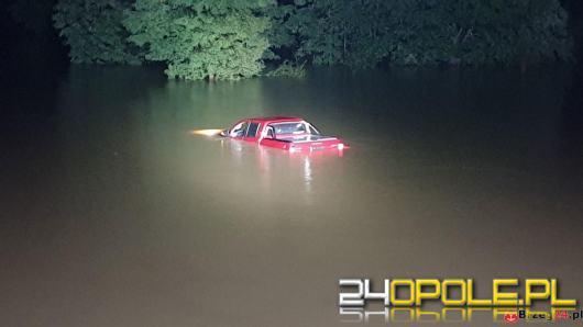 Pojazd z 4 osobami na pokładzie wpadł do wody. Sprawna akcja służb ratunkowych
