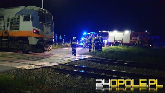 Bus z 3 osobami na pokładzie wjechał pod lokomotywę