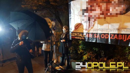 Obrońcy życia odmawiali różaniec pod Szpitalem Ginekologicznym w Opolu