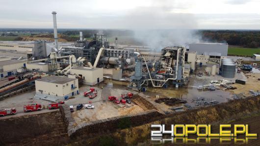 Ponad 20 zastępów straży walczy z pożarem w Kronospanie