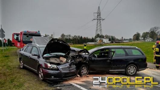 Zderzenie dwóch samochodów osobowych w miejscowości Kowale. Dwie osoby w szpitalu