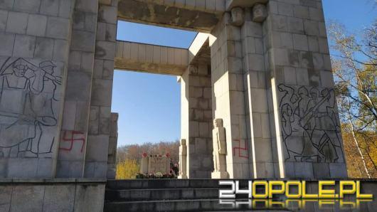 Nazistowskie malunki na pomniku Czynu Powstanczego na Górze św. Anny