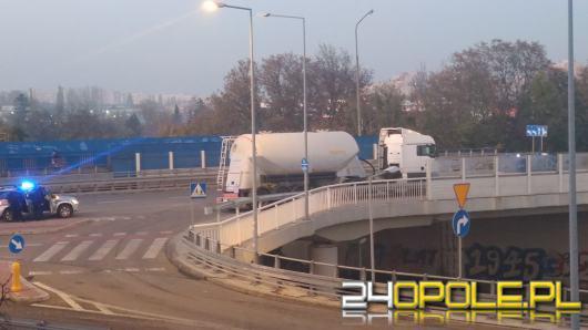 Pijany kierowca ciężarówki wjechał w barierki na wiadukcie w Opolu