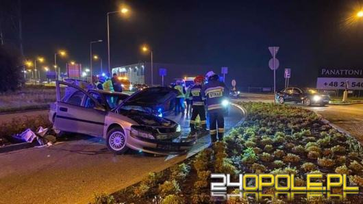 Kolizja koło Makro w Opolu. Auto wypadło z drogi i dachowało