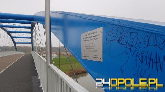 Graffiti i napisy na nowo oddanym moście im. Joachima Halupczoka w Opolu