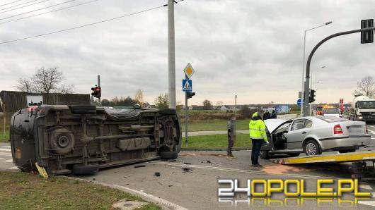 Utrudnienia w Chrząstowicach. Zderzyła się osobówka z busem