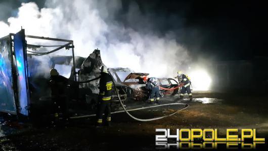 Nocny pożar w hali warsztatu samochodowego w Przeczy. Spłonęły samochody i kontener