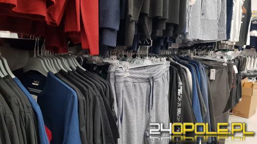 W Polsce tonami wyrzuca się odzież. Polskie przepisy nie sprzyjają darczyńcom