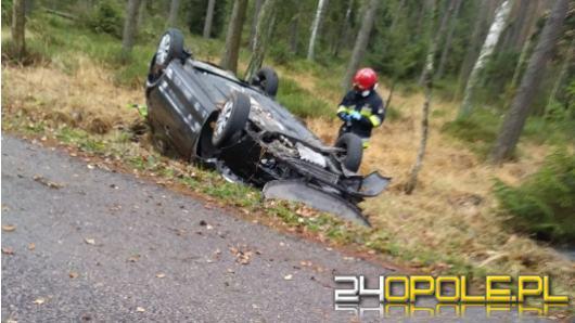 Samochód osobowy dachował na trasie w kierunku Zębowic