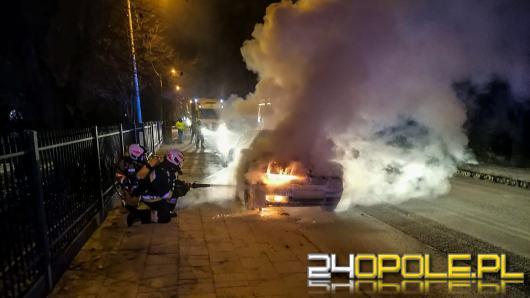 Samochód osobowy zapalił się w Dobrodzieniu. W akcji trzy zastępy straży