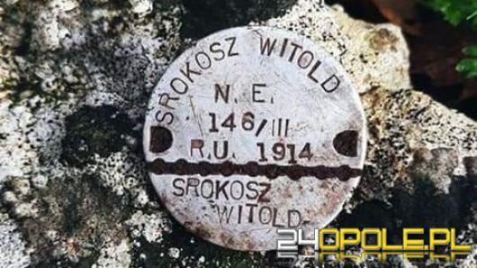 Słynny poszukiwacz znalazł żołnierski nieśmiertelnik. Jego spadkobierca mieszka w Opolu?