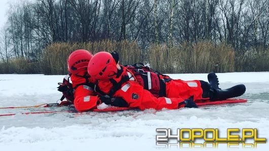 Strażacy ćwiczą na lodzie. Jak pomóc osobie, pod którą załamał się lód?