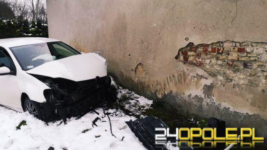 """Kobieta rozbiła swój samochód o budynek - """"wydmuchała"""" 3 promile"""