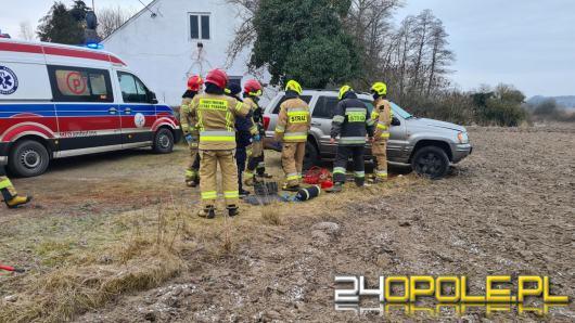 Mężczyzna naprawiał auto - nagle pojazd spadł z lewarka i przygniótł mężczyznę
