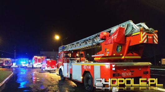 Mężczyzna skoczył z dachu biurowca. Strażacy zdążyli z pomocą