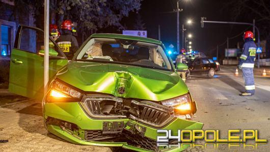 Zderzenie BMW i Skody w Kluczborku. Dwie osoby trafiły do szpitala