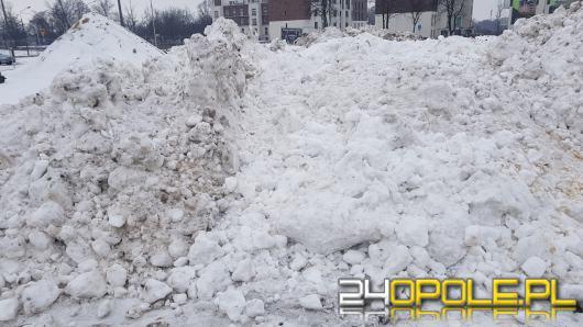 MZD wywozi śnieg z centrum miasta. Hałdy na parkingu pod stadionem żużlowym