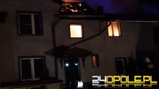 18 zastępów straży dogasza pożar budynku mieszkalnego w powiecie głubczyckim