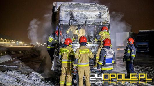Zapalił się samochód ciężarowy na parkingu. Spłonął doszczętnie
