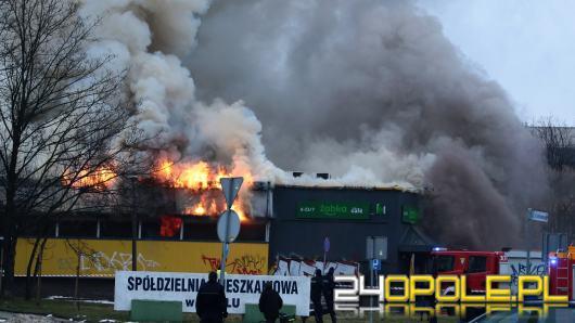 13 zastępów straży walczy z pożarem Żabki na osiedlu AK