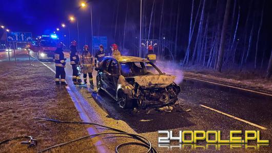 Zderzenie 3 pojazdów w Opolu. Golf stanął w płomieniach, kierowca uciekł