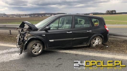 Kierowca renault uderzył w bariery na A4. Utworzyły się duże korki w kierunku Katowic