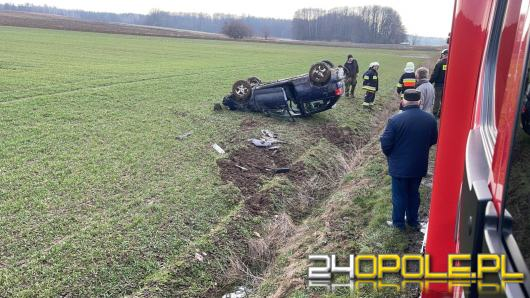 Dachowanie auta osobowego na trasie Niwnica-Domaszkowice. Jedna osoba ranna