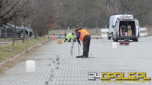 W mieście montowane są czujniki, które będą informować o wolnych miejscach parkingowych