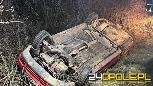 Nietrzeźwy kierowca golfa wypadł z drogi. Interwencja służb na trasie z Grodkowa do Żelaznej