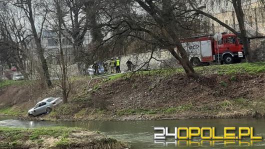 Kierowca stracił panowanie nad pojazdem i stoczył się w kierunku rzeki