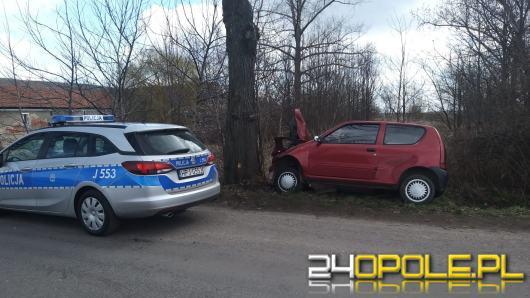 20-letnia kobieta trafiła do szpitala po wjechaniu w drzewo