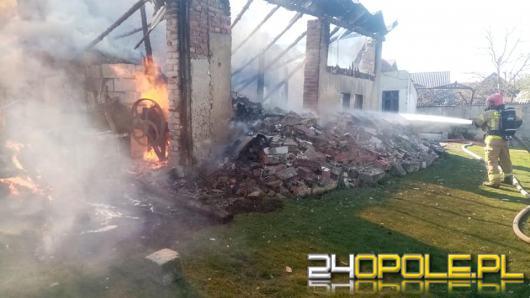 Pożar budynków gospodarczych w Niemodlinie. W akcji kilkanaście zastępów straży