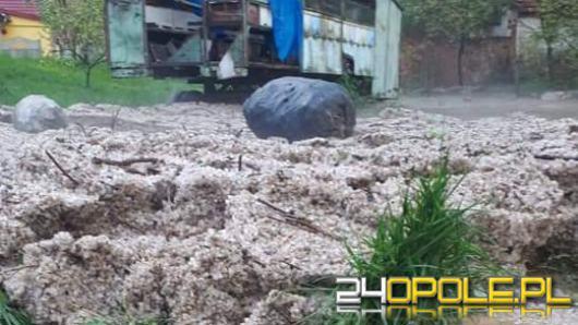 Zalane domy i posesje po przejściu gwałtownych burz z deszczem