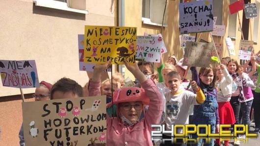 """Dziś obchodzimy Dzień Praw Zwierząt. Uczniowie """"Małej Dwójki"""" manifestowali przed szkołą"""
