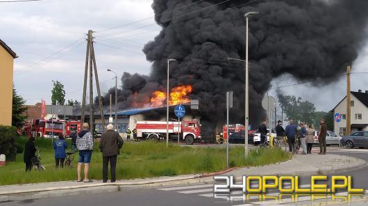 Strażacy nadal walczą z pożarem. W akcji 34 zastępy. W gminie obniżono ciśnienie wody