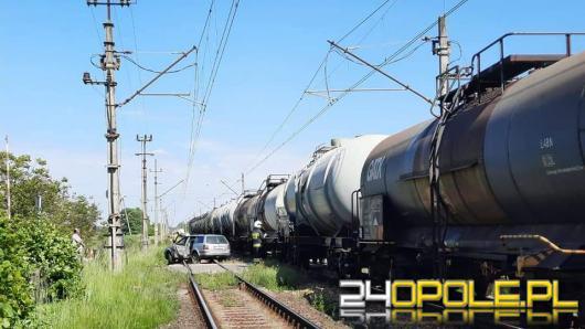 Karłowice. Kierowca osobówki wjechał wprost pod pociąg