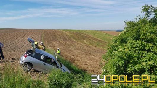 Samochód wypadł z drogi. Zdarzenie drogowe w Ciężkowicach