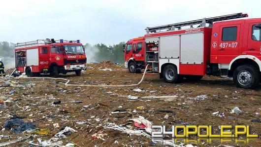 Kilkudziesięciu strażaków gasiło pożar na składowisku odpadów w Szymiszowie