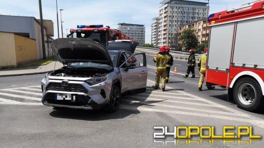 Kolizja pojazdów osobowych przy zjeździe z ronda w Opolu