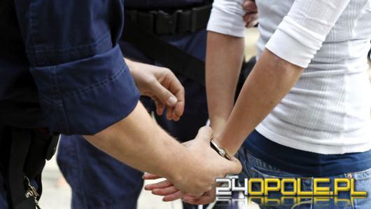 Policja użyła siły wobec kobiety na oczach jej dziecka. Powodem brak maseczki