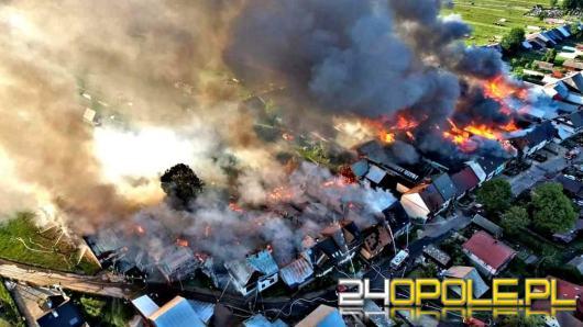 Płoną budynki mieszkalne i gospodarcze w Nowej Białej