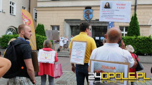 Protest pod opolskim Ratuszem. Nie dla nauki zdalnej i maseczek w szkołach!