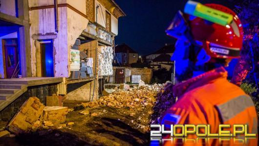 Zawalona ściana budynku i uszkodzone przyłącze gazu w miejscowości Kietrz
